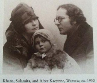Alter Kacyzne - Alter Kacyzne with his wife Khana and daughter Sulamita in Warsaw, Poland ca. 1930.
