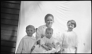 Katherine Arthur and her children (1918).jpg