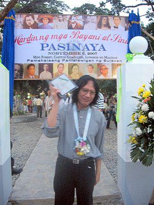 """Rey Valera - Rey Valera at the """"Hardin ng Mga Bayani at Sining"""", Malolos City, Bulacan"""