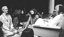 Rajneesh and disciples in darshan at Poona in 1977