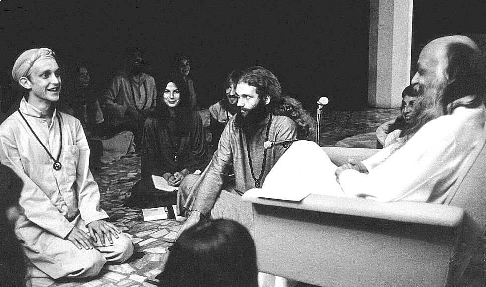 Bhagwan Shree Rajneesh and disciples in darshan at Poona in 1977