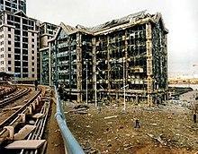 Una foto de un gran edificio de oficinas que ha sufrido graves daños.