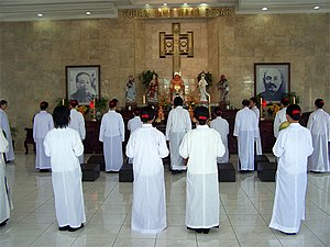 Yiguandao - Yiguandao ceremony in front of an altar with statues of the pantheon.