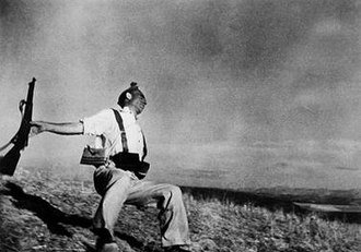 Stopping power - Death of a Loyalist Militiaman, Cerro Muriano, September 5, 1936. The illusion of a very powerful knockback. The angle of the photograph enhances the loss of equilibrium. Other apparent anomalies in the posture would be the effect of the shock on the nervous system.
