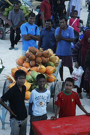 Dhaalu Atoll - Traders and children waiting at the harbour of Rinbudhoo (Dhaalu Atoll)