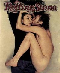 Yoko Ono vestita, abbracciata e baciata da John Lennon nuda