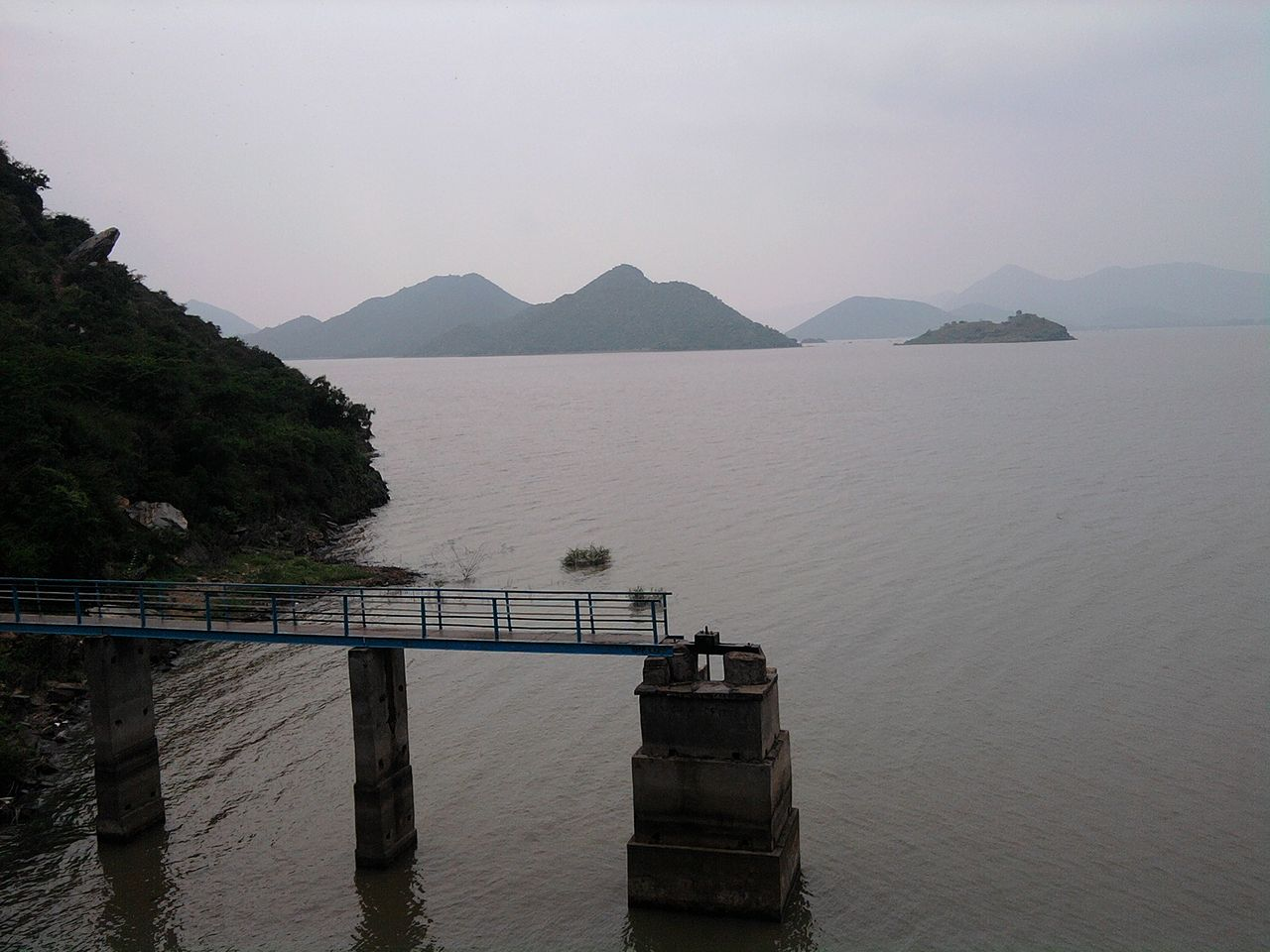 File:Cumbum Lake showing Jetty jpg - Wikipedia