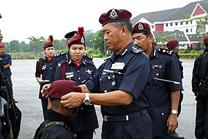 Special Actions Unit (Malaysia) - Former Deputy Inspector-General of Police, Tan Sri Jamil Johari put on the maroon beret to a policeman who pass the UTK Selection.
