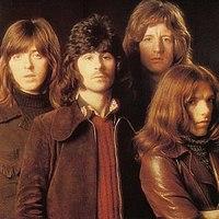 Badfinger en 1971, à partir de la couverture de leur album Straight Up.  (De gauche à droite: Joey Molland, Tom Evans, Pete Ham, Mike Gibbins)