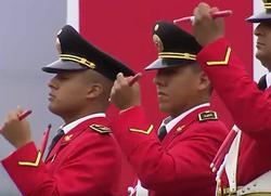 Drummers van de Band van de nationale politie van Peru afgebeeld circa 2017 in scharlaken parade uniformen