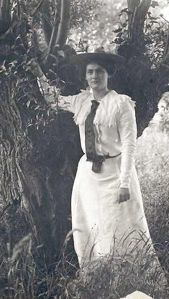 Lilly Debussy en pied devant un saule