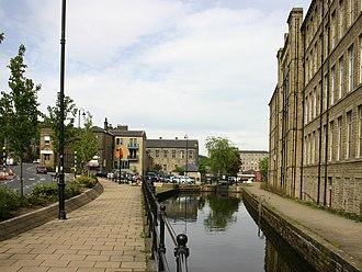 Slaithwaite - Image: Narrow canal