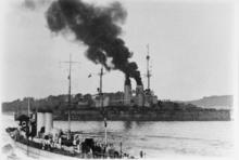 Dvouproudá loď se parí přístavem a kouří se kouř