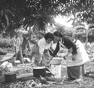Culture of Tonga - Women cooking topai for mourners.