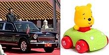 Präsident Xi in seiner Limousine, um die Truppen zu inspizieren, die einem Spielzeug Winnie the Pooh in seinem eigenen kleinen Auto gegenüberstehen