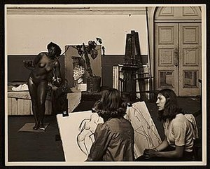 Florence Wysinger Allen - Florence Allen posing for a drawing class at California School of Fine Arts, May 4, 1948, by an unknown photographer
