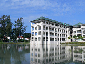 Chung Cheng High School (Main) - One of the classroom buildings of CCHMS, 琢璞楼, extending into the Chung Cheng Lake.