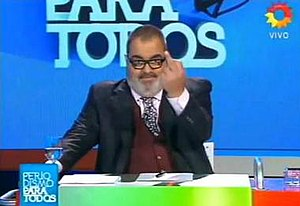 Periodismo para todos - This picture shows Jorge Lanata making a one-finger salute in an episode of this program. The logo of the program is at the bottom left corner.