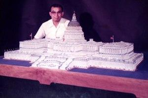 Mitsugi Ohno - Mitsugi Ohno with the glass model of the United States Capitol (1975)