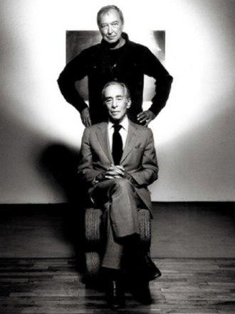 Leo Castelli - Image: Leo Castelli seated, Jasper Johns standing