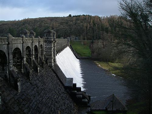 Water flowing over the crest of the dam Vyrnwy Dam.JPG