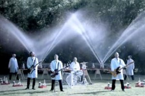 "Weezer (2008 album) - Weezer plays in the foreground while Fritz Grobe and Stephan Voltz set off Diet Coke and Mentos eruptions behind them in the ""Pork and Beans"" music video."