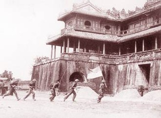 Hue–Da Nang Campaign - Soldiers of the Vietnam People's Army entering the old Imperial City, Huế, in 1975