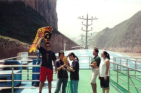 Tourism on board in about 2004 through the gorges before the dam Upstream on the Yangtze Gorge about 2004 before the dam (2).jpg