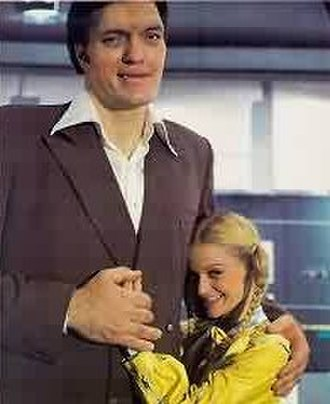 Moonraker (film) - The height difference between the giant Jaws and his diminutive girlfriend Dolly.