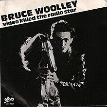 """Bruce Woolley za koněm s textem """"Video Bruce Woolley zabilo hvězdu rádia"""" vlevo nahoře"""