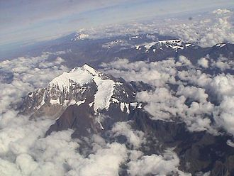 Cordillera Real (Bolivia) - Cordillera Real looking north with Illimani (foreground), Wayna Potosí (upper left) and Mururata (on the right)