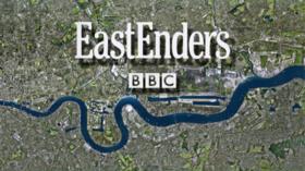 """Satelitobildo de grandurbo kun kurbiĝema rivero en blua en la fundo la duono de la bildo. En la supra duono estas la vortoj """"EastEnders"""" kaj """"BBC"""" en blanka."""
