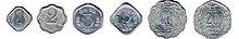 Fila di sei monete di alluminio di forma diversa, disposte per dimensione
