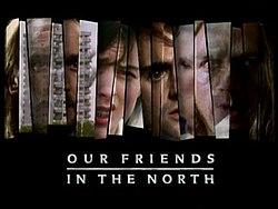Początkowa sekwencja tytułów programu telewizyjnego.  Fragmenty scen z serii i zmieniające się twarze czterech głównych bohaterów są wyświetlane w postrzępionych pionowych paskach, z podpisem tytułowym wpisanym poniżej, na czarnym tle.