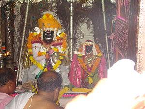 Atpadi - Priests offering prayers to Siddhanath, Kharsundi