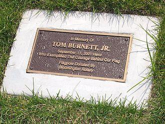 Tom Burnett - The plaque that rests beneath the memorial flag dedicated to Burnett in Bloomington, Minnesota