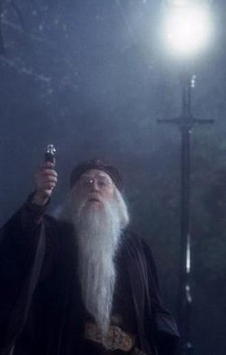 Magical objects in Harry Potter - Dumbledore is using his Deluminator in the film Harry Potter and the Philosopher's Stone