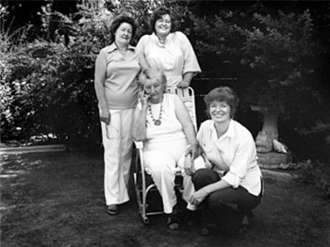 Florence Owens Thompson - Thompson (seated) with three of her daughters, (from l. to r.) Katherine, Ruby and Norma, in 1979—43 years after Migrant Mother