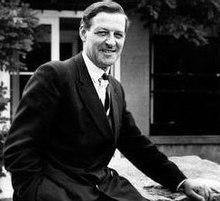 Porträt von Bernard Rose im Anzug und lächelnd