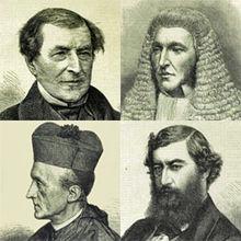 Quatre hommes, dont le deuxième porte une perruque ressemblant à celle d'un juge, et le quatrième porte des vêtements de bureau