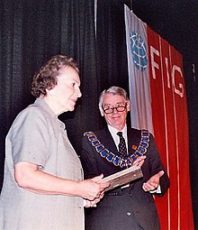 Szcześniak receiving plaque in 2002.