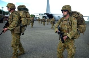 Soldiers from the 1st Battalion, Royal Australian Regiment arriving in the Solomon Islands (23-12-2004)
