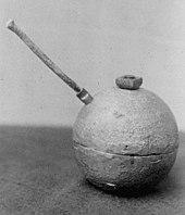 Une bombe dynamite non explosée avec fusible.