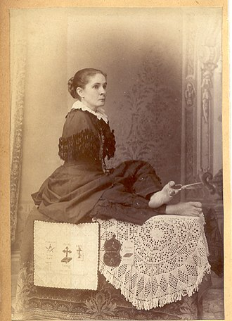 Armless wonder - Anne Leak, an Armless Wonder using a pair of scissors with her feet