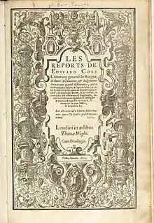 """De voorkant van Coke's Reports.  In het midden de titel van het boek (""""Les Reports de Edward Coke"""") met een grote ondertitel.  Rondom de buitenkant is een verzameling afbeeldingen gecentreerd op een paar pilaren."""