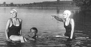 Holiday From Myself (1934 film) - Speelmans as the American businessman (centre) enjoying his escape from a hectic life.