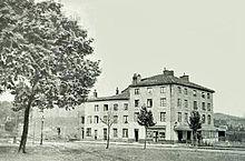 Extérieur de grande maison en milieu rural du 19e siècle France