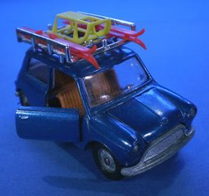 Mebetoys - Mebetoys Innocenti Mini with opening hood and doors featured with skis and sled.