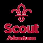 O logotipo do Scout Adventures em vermelho.  É baseado no símbolo da flor de lis dos escoteiros.