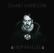 Черноволосое лицо кавказского мужчины на черном фоне.  Весь текст на обложке золотой.  Над его головой написаны слова «DHANI HARRISON», а ниже - «IN /// PARALLEL», окруженные чем-то вроде двух сосновых шишек.